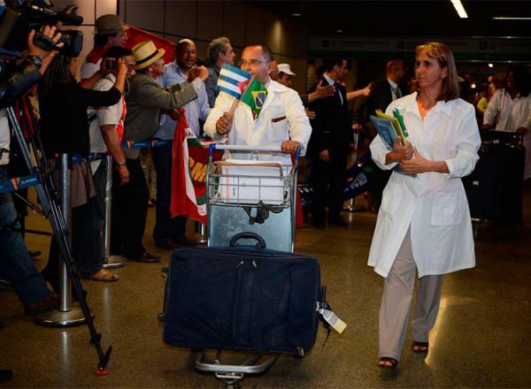 Bolsonaro promete asilo político para cubanos que continuarem no Brasil