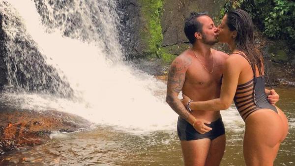 Thammy Miranda beija esposa em cachoeira e fala sobre filho