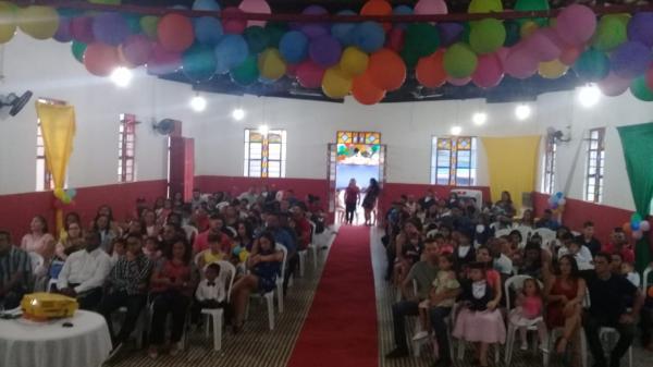 34 alunos da Escola Municipal professora Nazaré Brito colam grau