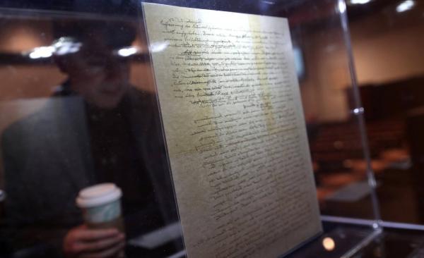 Vendida por 11 milhões de reais carta em que Einstein questiona existência de Deus