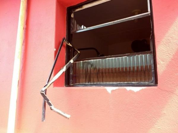 Bandidos invadem casa de policial e levam armas em Piripiri