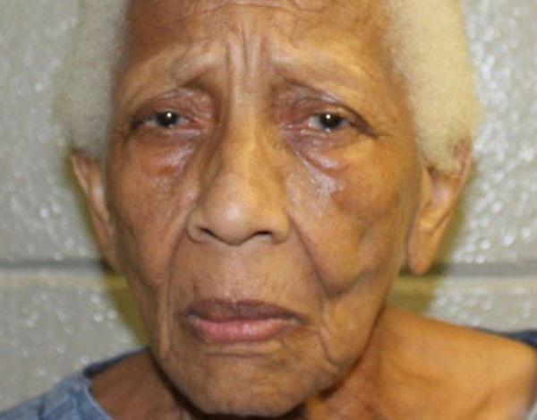 Uma senhora de 86 anos foi presa após roubar em mercadorias de um supermercado nos Estados Unidos