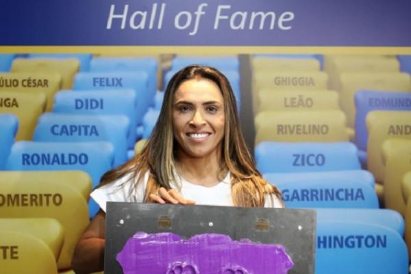 Marta se torna a primeira mulher homenageada na Calçada da Fama do Maracanã