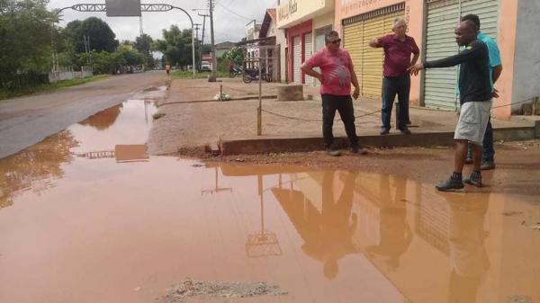Prefeito Carlos Monte vistoria pontos críticos da cidade de Barras PI