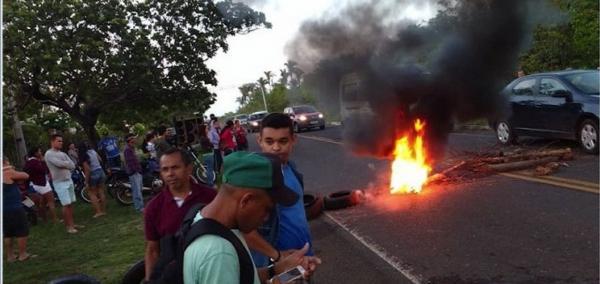 Manifestantes bloqueiam PI 113 em protesto contra aumento de passagens