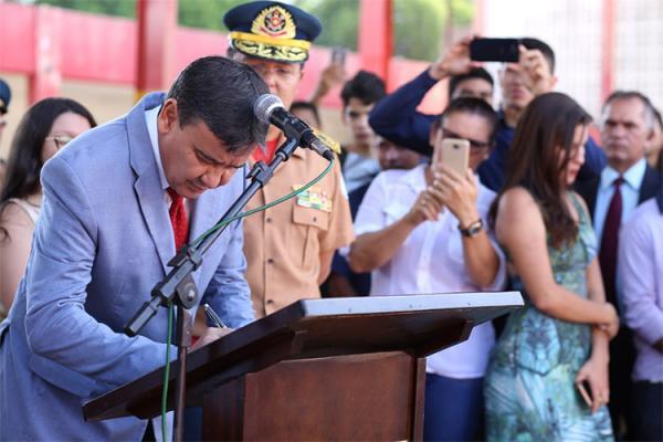 Nesta sexta, o governador também assinou a nomeação de 64 militares, em solenidade no Corpo de Bombeiros.