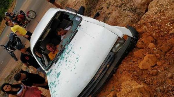 Dois homens ficam feridos em estado grave em acidente na capital