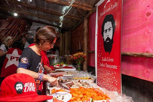 Militantes fazem ceia em vigília para Lula em Curitiba