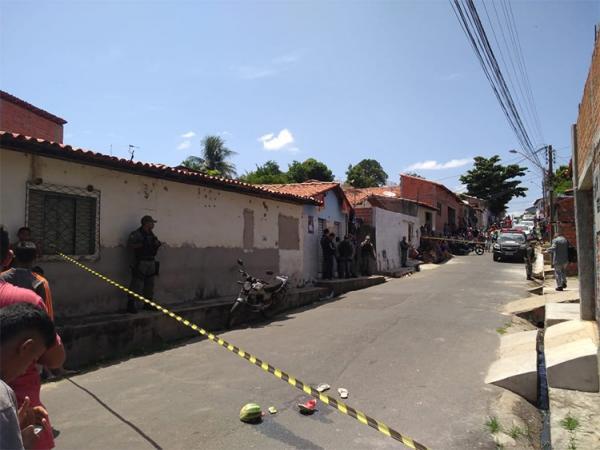 Jovem é morto e cai dentro da casa de tio no bairro Buenos Aires