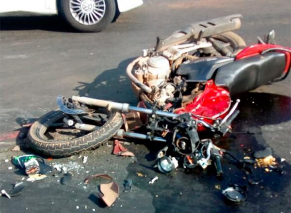 Motociclista morre ao colidir em caminhão na zona Sudeste