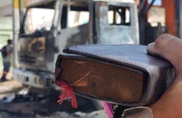 Bíblia fica intacta após caminhão ser incendiado em ataque no Ceará