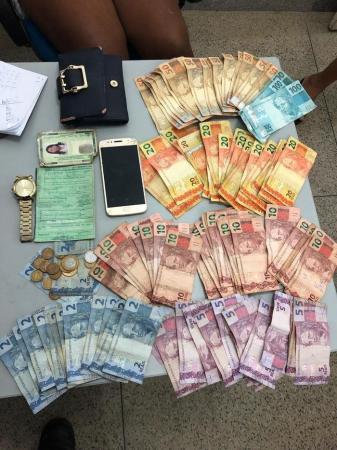 Grande quantia em dinheiro é apreendida dentro de moto roubada