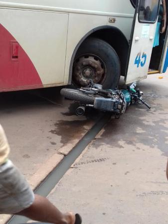 Colisão entre ônibus e motocicleta deixa jovem ferido em Esperantina