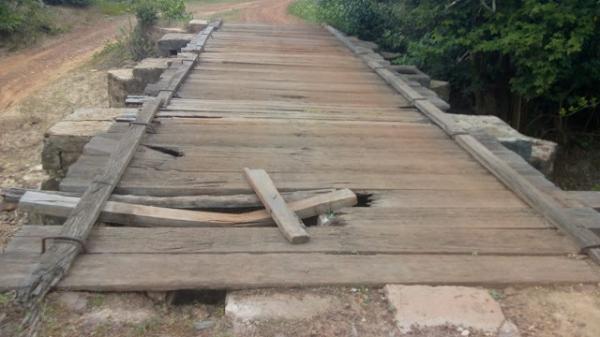 Crianças são obrigadas a atravessar rio a nado por problemas em ponte