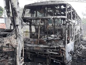 Ônibus de banda de forró é incendiado e instrumentos destruídos em ataque criminoso no CE