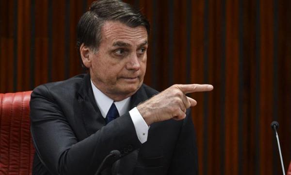 Bolsonaro elogia prisão de Battisti e volta a chamar governo do PT de corrupto