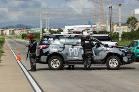Uma ponte e a sede de um juizado foram alvo de ataques com explosivos na madrugada deste domingo (13) no Ceará. Explosivos foram detonados em uma ponte sobre o rio Choró, na BR-116, uma das principais rodovias federais que cortam o estado, na altura do município de Chorozinho (72 km de Fortaleza).  Não há informações sob os danos causados pelos explosivos, mas a ponte teve que ser escorada e interditada pela Polícia Rodoviária Federal.   Em Fortaleza, explosivos foram detonados em frente ao Juizado Especial Criminal de Fortaleza, no bairro Montese. A explosão do artefato danificou parte de uma das colunas de sustentação do prédio. Policiais chegaram a reagir ao ataque, mas os suspeitos fugiram em um carro.  Também na madrugada deste domingo foram incendiados carros particulares nas cidades de Umirim, no interior do estado, e em Fortaleza, no Bairro Siqueira.  Este é o 12º dia de ataques coordenados por facções criminosas no Ceará, iniciados no início do ano após a decisão do governo do estado de não separar mais os integrantes de facções nos presídios cearenses.  Neste sábado (12), os bandidos detonaram uma torre de transmissão de energia em Maracanaú, cidade da Grande Fortaleza. No mesmo dia, a Polícia Civil fez uma operação que resultou na apreensão de cinco toneladas de explosivos e na prisão de cinco pessoas.  Em nota, a secretaria da Segurança Pública e Defesa Social (SSPDS) informa que 347 suspeitos foram presos ou apreendidos por participação nos atos criminosos desde o início deste ano.  Na noite deste sábado, os deputados estaduais do Ceará aprovaram um pacote de projetos de lei para enfrentar a crise na segurança no estado.  O principal projeto, chamado lei da Recompensa, permitirá a concessão de benefícios financeiros para pessoas que denunciarem autores de ataques violentos no estado ou derem informações que possam impedir os atentados.  Fonte: Folhapress