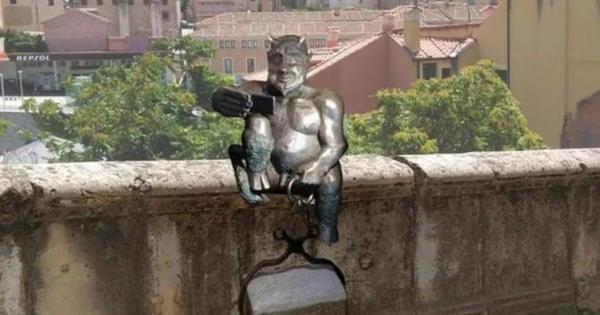 Projeto para instalação de estátua com 'diabo tirando selfie' gera polêmica