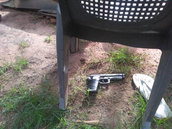 Jovem é baleado e menor é apreendido durante troca de tiros com a polícia