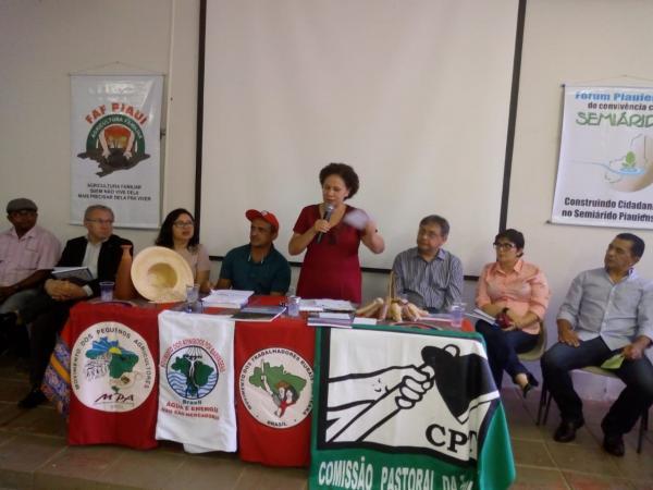 Regina Sousa canta na lei ou na marra nós vamos ganhar no Encontro Estadual de Regularização Fundiária
