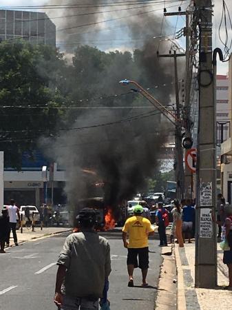 Kombi pega fogo em avenida movimentada do Centro de Teresina