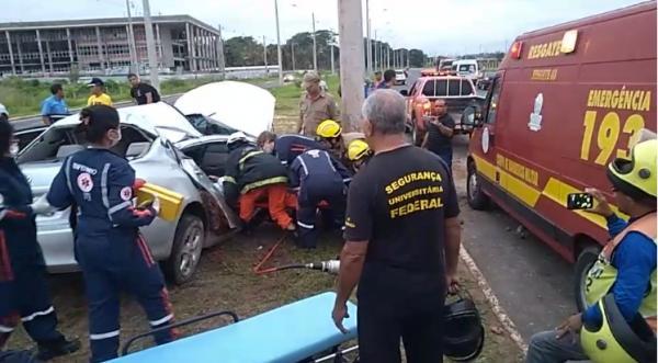 Advogado fica gravemente ferido após colidir carro em poste em THE
