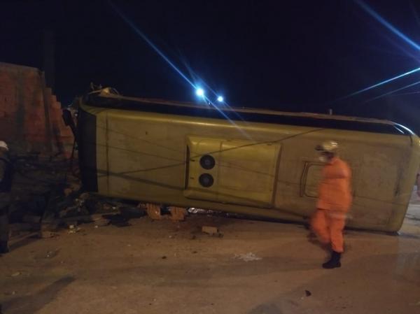 Homem morre após colisão entre carro e micro ônibus na zona Sul