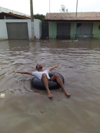 Morador usa boia em rua de cidade do Norte do Piauí em forma de protesto