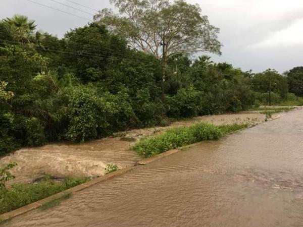 Ruas são alagadas após riacho transbordar em Nossa Senhora dos Remédios