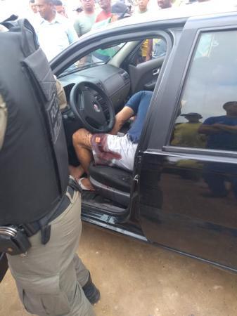 Homem é baleado dentro de carro com tiro na cabeça no Porto Alegre