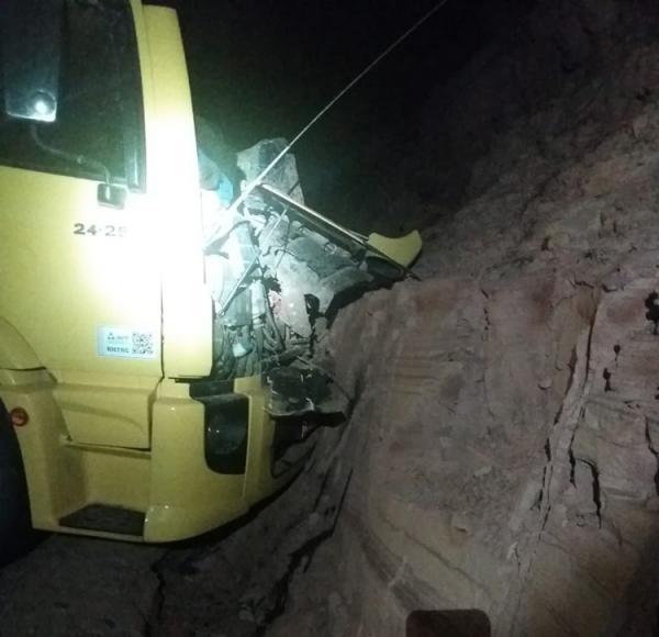 Caminhão sai da pista e interdita na BR-316 em Marcolândia