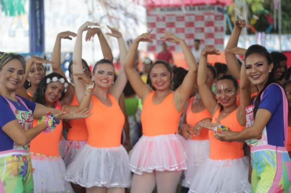 Bloco da Academia da Saúde desfila pelas ruas de Barras