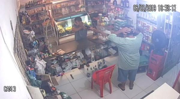Comerciante é baleado em assalto na zona Leste; câmeras registraram ação
