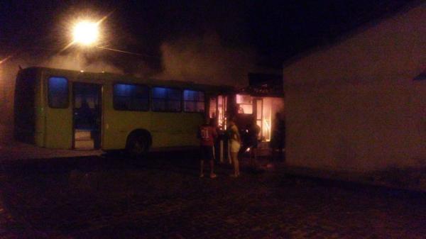 Criminoso armado ateia fogo em ônibus coletivo de Teresina
