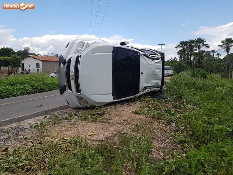 Motorista perde o controle da direção e veículo tomba na PI-461