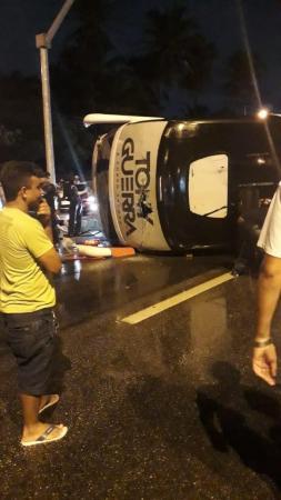Ônibus da banda Forró Sacode tomba na BR-116 e deixa feridos em Fortaleza
