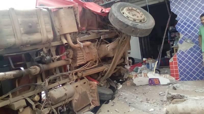 Caminhão desgovernado atinge residência e por pouco não causa uma tragédia