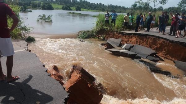 Açude transborda e rompe trecho na BR 316 no Maranhão