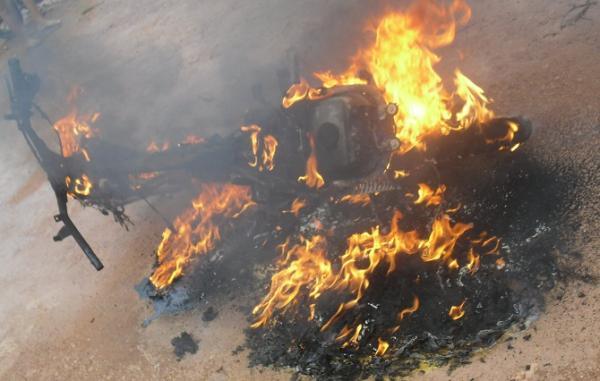 Homem coloca fogo na sua moto após apreensão em blitz no Piauí