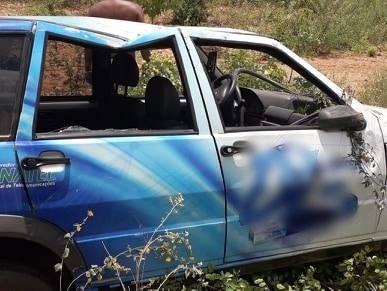 Fiat Uno capota na rodovia PI-459 e duas pessoas ficam feridas; fotos