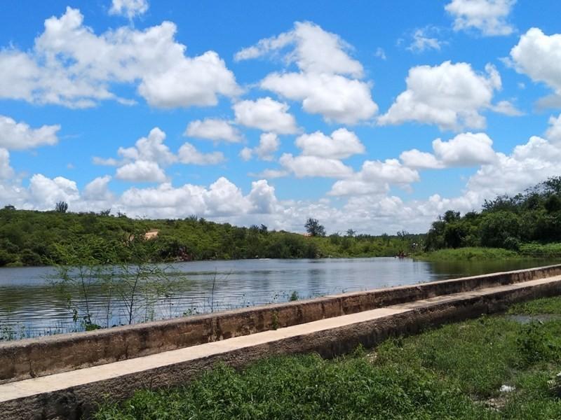 Após três anos de seca, açude de São Julião transborda