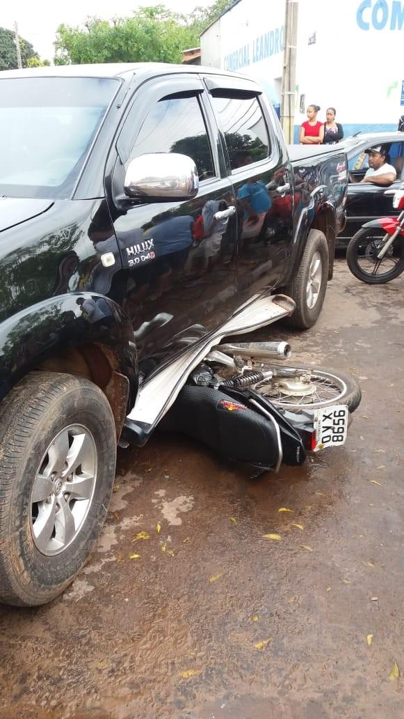 Motociclista vai parar debaixo de carro após acidente na avenida Dirceu Arcoverde em Barras