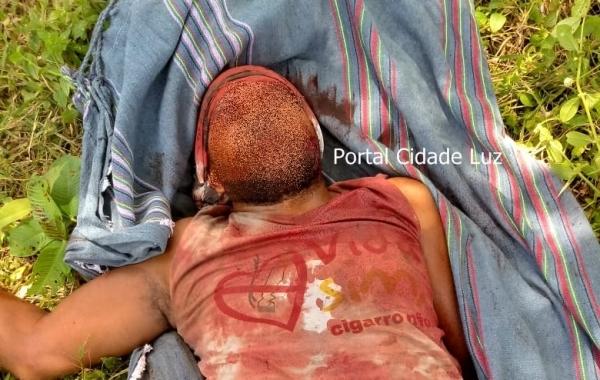 Vítima atingida com golpe de machado (Foto: Reprodução)